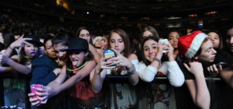 "6 Reasons of ""Why It's Okay to Update Social Media at Concerts"""